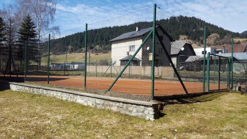 Výstavba tenisového kurtu